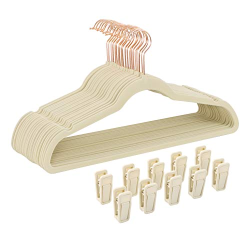 Finnhomy Juego de 50 perchas de ropa resistentes con 10 pinzas de dedo de múltiples usos, perchas de terciopelo resistente antideslizante y resistente, perchas duraderas de línea delgada con gancho de cobre/oro rosa, beige