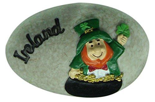 """Runder, irischer Koboldstein mit schwarzer """"Irland""""-Aufschrift und grünem Kleeblatt"""