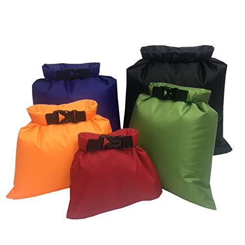 100% IMPERMEABLE: el conjunto de bolsa seca de 5 piezas mantendrá sus objetos de valor a salvo de cualquier cantidad de lluvia, nieve, suciedad, polvo o arena. El cierre rápido y fácil de la parte superior del rodillo incluso protege contra la inmers...
