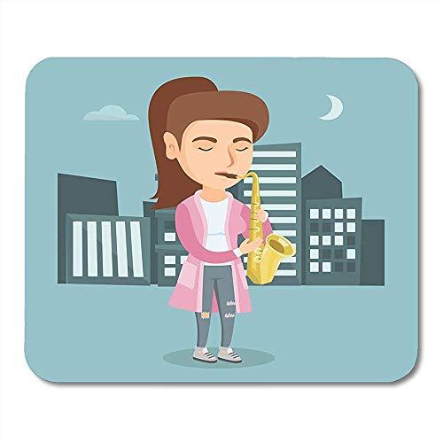 Kaukasische Frau mit den geschlossenen Augen, die das Saxophon nachts spielen Erfreuter Musiker mit Stellung in den Stadt-Funktionsschreibtisch-Auflagen 22X18cm