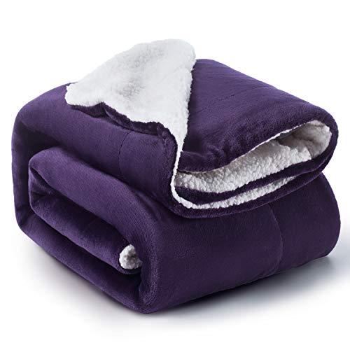 Bedsure Sherpa Decke Lila zweiseitige Wohndecken Kuscheldecken, extra Dicke warm Sofadecke/Couchdecke aus Sherpa, 150x200 cm super flausch Fleecedecke als Sofaüberwurf oder Wohnzimmerdecke