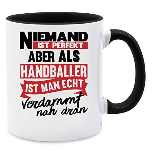 Tasse mit Spruch - Niemand ist perfekt aber als Handballer ist man verdammt nah dran. Tasse - Unisize - Schwarz - näh geschenk - Q9061 - Kaffee-Tasse inkl. Geschenk-Verpackung