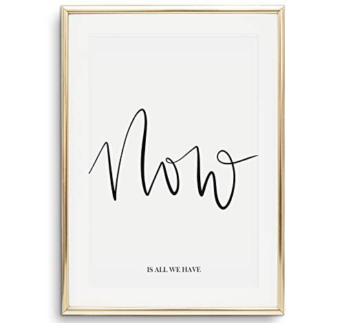 Tales by Jen Kunstdruck, Sprüche Poster: Now is all we have | Stilvolles Premium Poster auf hochwertigem Papier | Moderne Wohnzimmer Deko schwarz weißes Handlettering Wand Bild | Ohne Bilderrahmen