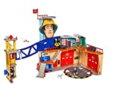 Simba 109251059 - Feuerwehrmann Sam MegaFeuerwehrstation XXL große Feuerwehrwache inklusive Sam Spielfigur, mit Licht, Sound und Funkgerät, für Kinder ab 3 Jahren
