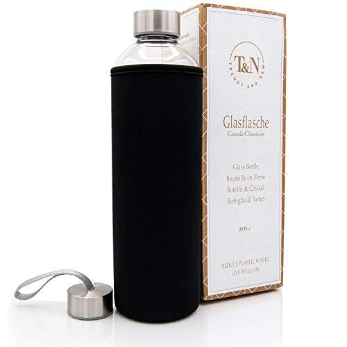 T&N Glasflasche 1 Liter - Trinkflasche Glas mit Neoprenhülle – Wasserflasche Auslaufsicher – Glastrinkflasche aus dickerem Borosilikat-Glas - Glas-Karaffe Wasserkaraffe – Schlankes Design