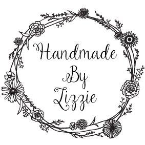 Sello «Handmade by» personalizado con el nombre, con diseño de flores