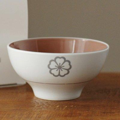 """デザインや保育など様々な分野でプロとして働くママが、 母親・消費者の視点や感性を活かして作るキッズ雑貨ブランド「codomono project(コドモノプロジェクト) 」の有田焼の子供茶碗「ノコサナイ茶碗」。アイテム名の通りに""""最後の一粒までごはんを残さない人に育ってほしい""""という母親の願いから作られたこどものためのお茶碗です。"""