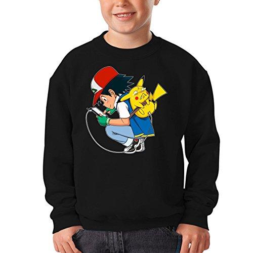 Okiwoki Pull Enfant Noir Parodie Pokémon - Pikachu et Sacha - Batterie Infinie et Portable !! (Sweatshirt de qualité Premium de Taille 3-4 Ans - imprimé en France)