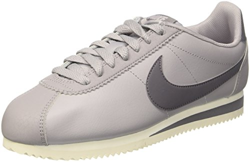 Nike Wmns Classic Cortez Leather, Zapatillas de Gimnasia para Mujer, Multicolor (Atmosphere Grey/Guns 017), 42 EU