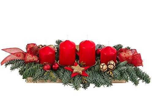 Dehner Adventsgesteck auf Holztablett, mit 4 roten Kerzen, ca. 47 x 10 x 24 cm, Naturmaterialien, grün/rot/gold