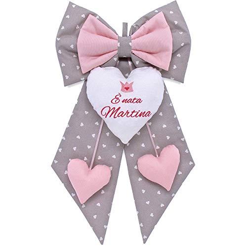 Fiocco nascita bimba grigio a cuori e rosa da personalizzare. coccarda per nascite personalizzata con frase e disegno ricamato - fatto a mano