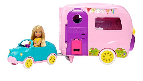 Barbie Famille Coffret mini-poupée Chelsea avec sa voiture et sa caravane, figurine chiot et accessoires, jouet pour enfant, FXG90