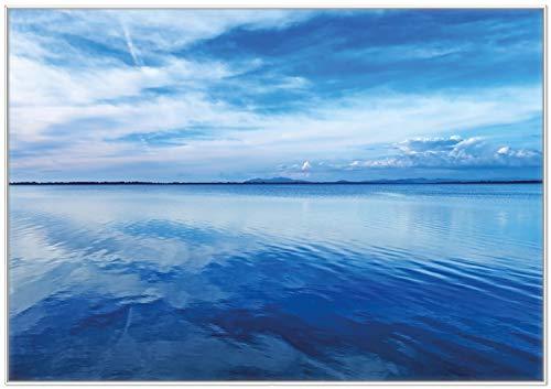 Wallario Wandbild Blaue Meeresbucht in Italien mit Spiegelung im Wasser in Premiumqualität mit weißem Rahmen, Größe: 70 x 100 cm