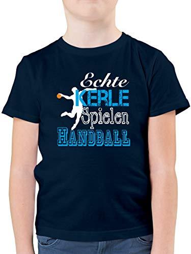Sport Kind - Echte Kerle Spielen Handball weiß - 140 (9/11 Jahre) - Dunkelblau - nur echte Kerle Spielen Handball Kinder - F130K - Kinder Tshirts und T-Shirt für Jungen