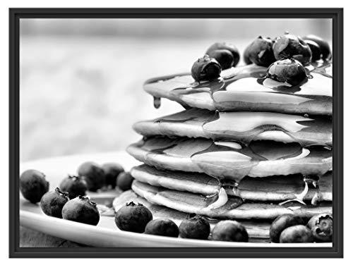 Pancakes met siroop en blauwe bessen in schaduwvoegen fotolijst | kunstdruk op hoogwaardig galeriekarton | hoogwaardige afbeelding op canvas 80x60