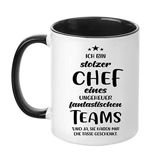 TassenTicker - ''Ich bin stolzer Chef eines ungeheuer fantastischen Teams'' - beidseitig Bedruckt - Kaffeetasse - Arbeit - Büro - Geschenkidee (Schwarz)