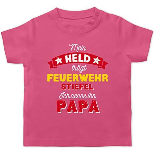 Vatertagsgeschenk Tochter & Sohn Baby - Mein Held trägt Feuerwehrstiefel - 3/6 Monate - Pink - Papa - BZ02 - Baby T-Shirt Kurzarm