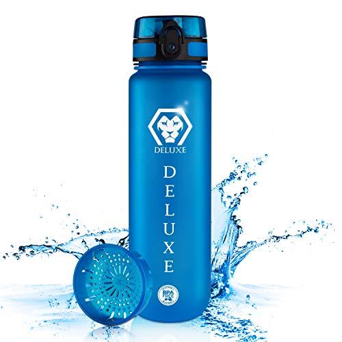 Deluxe Trinkflasche 1l - BPA freie Wasserflasche - Deckel & Bottle aus Tritan - Flasche für Kinder, Outdoor - Sportflasche fürs Fahrrad - auslaufsicher im Rucksack - inkl. Früchtesieb & Hand Carry