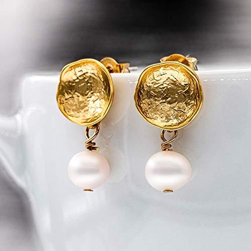 Perlen-Ohrringe gold, schlichte runde Ohr-Stecker, matt-vergoldete Kelch-Ohrstecker mit Süßwasserperle, Perlenschmuck, Handmade Geschenk für Sie, zum Muttertag
