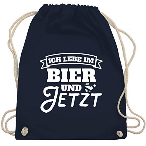 Shirtracer Sprüche - Ich lebe im Bier und jetzt - Unisize - Navy Blau - Geschenk - WM110 - Turnbeutel und Stoffbeutel aus Baumwolle