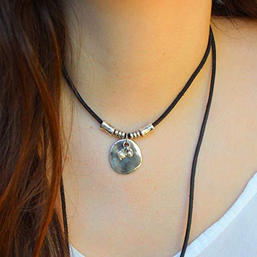 Lederkette mit Metallstücken und Perlencharme, handgefertigt von Intendenciajewels - Frauen Leder Halskette - Lederkette Perle.