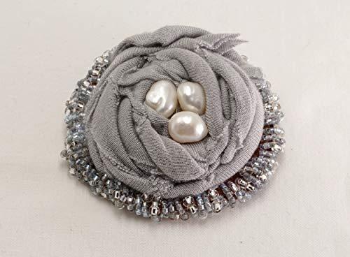 runde graue nachhaltige Brosche aus einem T short und altem Leder, ethno boho stil