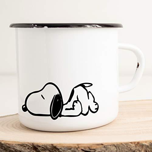 HELLWEG DRUCKEREI Emaille Tasse für Snoopy Fans Verliebt Geschenk Idee für Frauen und Männer 300ml Retro Vintage Kaffee-Becher Weiß mit Comic Motiv für Freunde und Kollegen