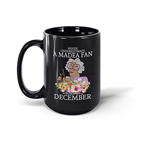 Taza de café de cerámica con texto en inglés Never Underestimate A Madea Fan Born in December (negro, 15 onzas)