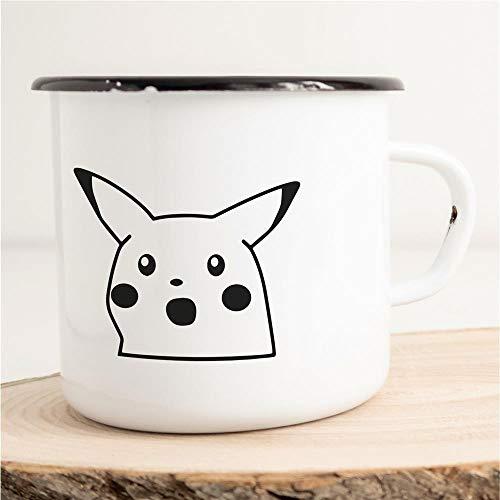 HELLWEG DRUCKEREI Emaille Tasse Suprised Pikachu Meme Geschenk Idee für Frauen und Männer 300ml Retro Vintage Kaffee-Becher Weiß mit Comic Motiv für Freunde und Kollegen