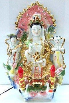 Kwan Yin assis avec lumières