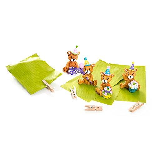 8 kleine beertjes met groene papieren zakken (7 x 9 cm) en sluiting door mini-klemmen van hout, bruin als klein geschenk of klein cadeau.