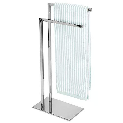 mDesign Handtuchhalter – freistehender Handtuchständer mit zwei Ablagen zum Trocknen für kleine und große Handtücher – kompakter Badetuchhalter aus Metall – silberfarben