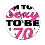 AEMAPE Reloj de Pared Redondo con Decoraciones de 70 cumpleaños, Demasiado Sexy para ser Setenta, Cita escrita a Mano, Imagen de Fiesta, Rosa Fuerte y Negro
