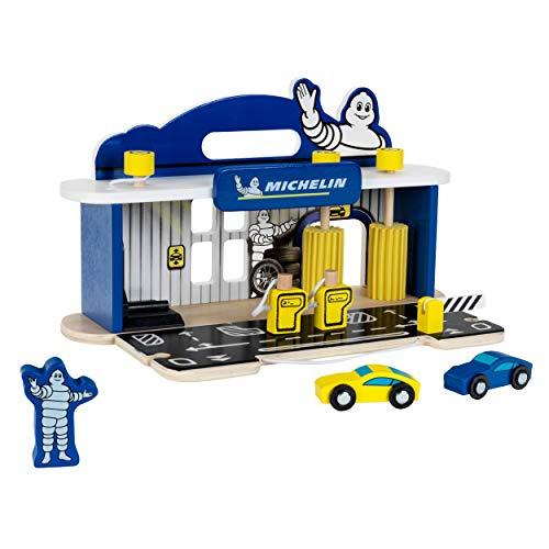 Theo Klein 3403 Michelin Service Station mit 2 Autos, Holz I Inkl. Hebebühne, Tanksäulen u.v.m. I Kompatibel mit Holzfahrbahnen I Maße: 36 cm x 21 cm x 20,5 cm I Spielzeug für Kinder ab DREI Jahren