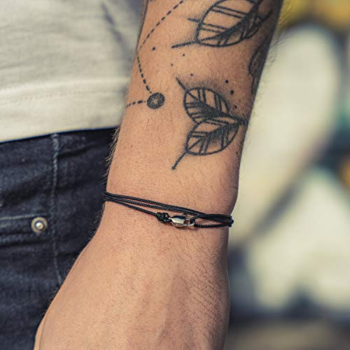Made by Nami Dünnes Wickel-Armband Herren & Damen mit Karabiner-Haken Verschluss Handmade - Maritimer Surfer Schmuck - Minimalistisches Stoff-Armband - 100% Wasserfest & verstellbar (Schwarz Silber)