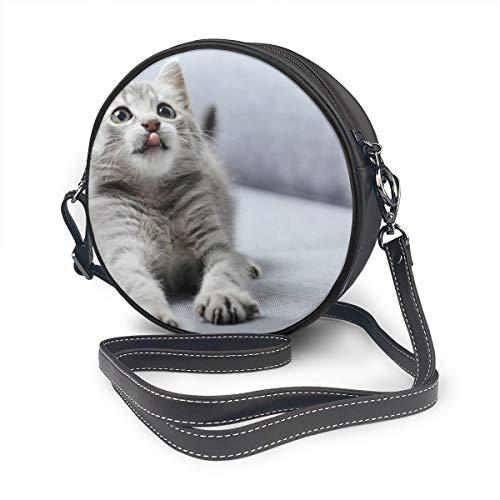 Grijze Kitten Op De Bank Ronde Schoudertas Lederen Messenger Bag Vintage Crossbody Verstelbare Schouderband Voor Vrouwen Gepersonaliseerd