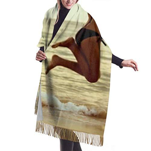 Manta, Bufanda con Flecos, Accesorios de Vestidos, Tapiz, Mujer asiática Feliz Saltando en la Playa Chal cálido Premium
