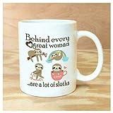 Taza de café con texto en inglés 'Behind Every Great Woman are A Lot of Sloths'