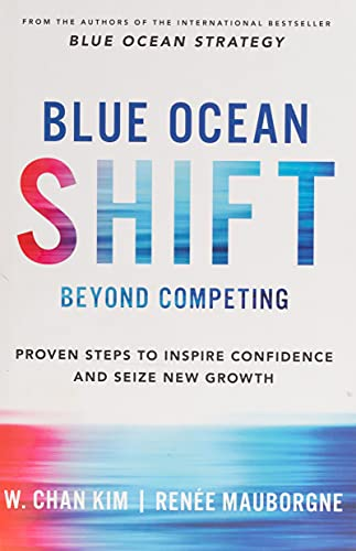 Blue Ocean Shift: Beyond Competing - Proven Steps to Inspire Confidence and Seize New Growth [Lingua inglese]