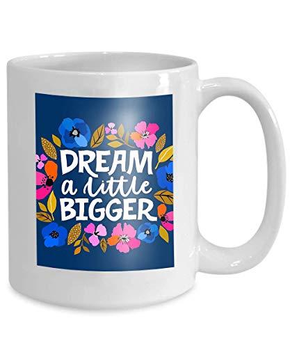 Tazas de regalos para hijas - Nunca subestimes a una hija nacida en tazas de cerámica - Taza de té de 11 onzas Blanco sueño pequeño más grande letras escritas a mano feminismo cita hecha mujer eslogan
