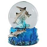 Water Globe - Tiburón de Deluxebase. Bola de Nieve de tiburón con Figura de Resina y Base Moldeada. Genial como decoración hogar, Adorno o Regalo. (Diseño seleccionado al Azar de 2 Colores)