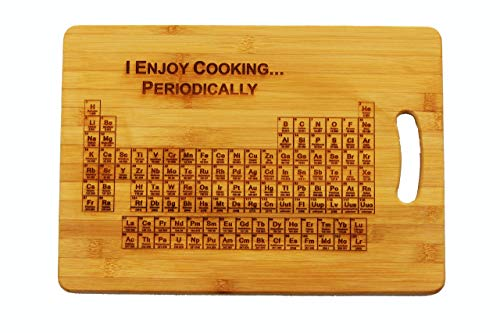 Schneidebrett mit 'Periodensystem der Elemente (englische Gravur: I Enjoy Cooking...Periodically)'–personalisierbar mit Gravur