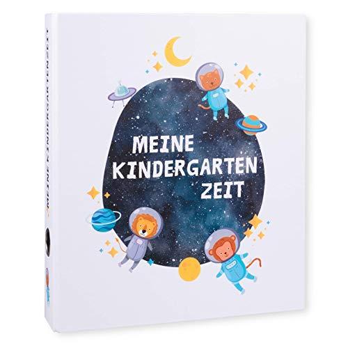 Ordner Portfolio Kindergarten (DIN A4-350 Blatt Breit) - Meine Kindergartenzeit Motivordner - Geschenk zum Kindergartenstart - Kita Ordner - Aktenordner, Fotoalbum für Kinder - Weltall Löwe