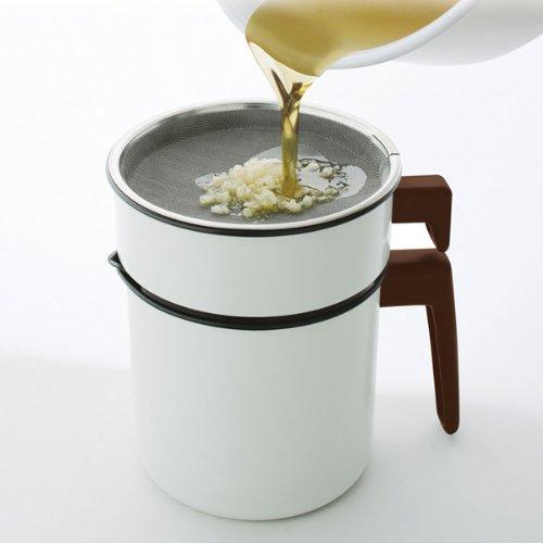 一般的な電気フライヤーの油処理は、調理後、油が十分に冷めてから油をオイルポットに移す必要があります。