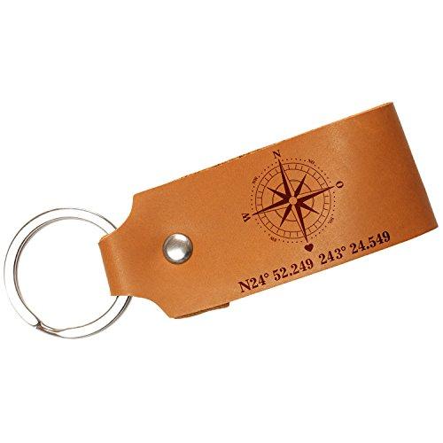 Schlüsselanhänger aus Leder mit Ihren Koordinaten (Cognac, inkl. Geschenkverpackung) – mit besonderem Ort und Deinem Text graviert – personalisiertes Geschenk zum Valentinstag, Jahrestag