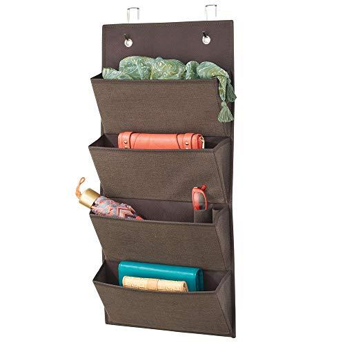 mDesign Schrank Organizer ohne Bohren – Hängeorganizer mit vier großen Fächern – Mehrzweckschrank für Türen im Kinderzimmer und Schlafzimmer – braun