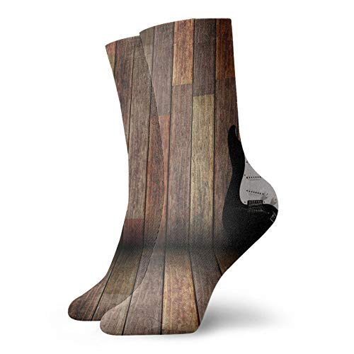 Calcetines suaves de media pantorrilla, guitarra eléctrica en la habitación de madera,...