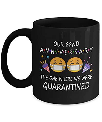 Taza de café negra de 1959 de 62 años de aniversario de cuarentena para parejas, padres, hombres, Él y ella