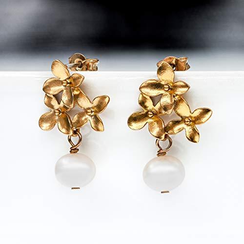 Perlen-Ohrringe matt-gold, vergoldete Blüten-Ohrstecker zierlich, weiße Süßwasser-Perle, Perlen-Schmuck, handmade Geschenk für Sie, Hochzeit, Braut