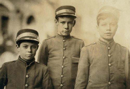 1910trabajo infantil Photo Postal telégrafo mensajeros. Ubicación: Knoxville, Tenn–D8